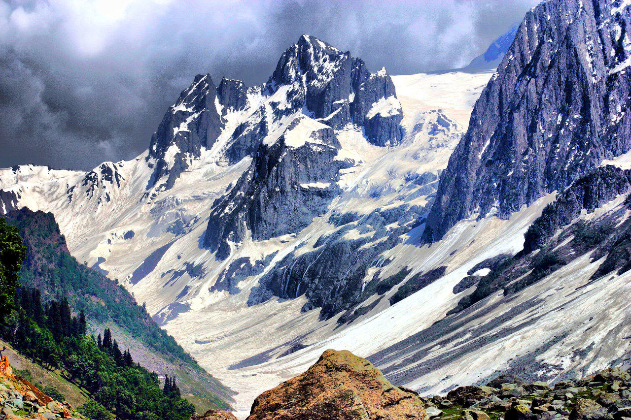 jammu and kashmir Jammu and kashmir is heaven on earth when it comes to scenic landscapes, snow-capped mountains, clear water streams and beautiful views the state is a myriad of popular hill-stations as well as quaint little known ones tucked away in corners.